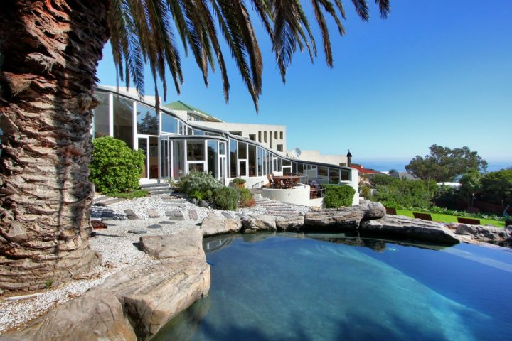 khoi-pond-camps-bay villa with water feature
